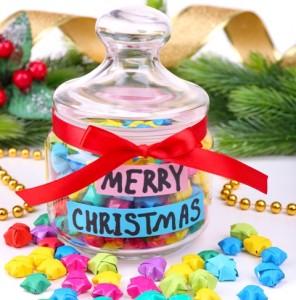 segnaposto di Natale fai da te:barattoli di vetro per lanterne o contenitore di caramelle colorate