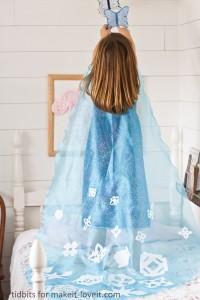 Giochi da fare in casa con i bambini_travestimenti-mantello fai da te con cristalli di ghiaccio per principessa Elsa Frozen