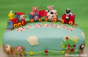 torta trenino in pasta di zucchero con animali della fattoria