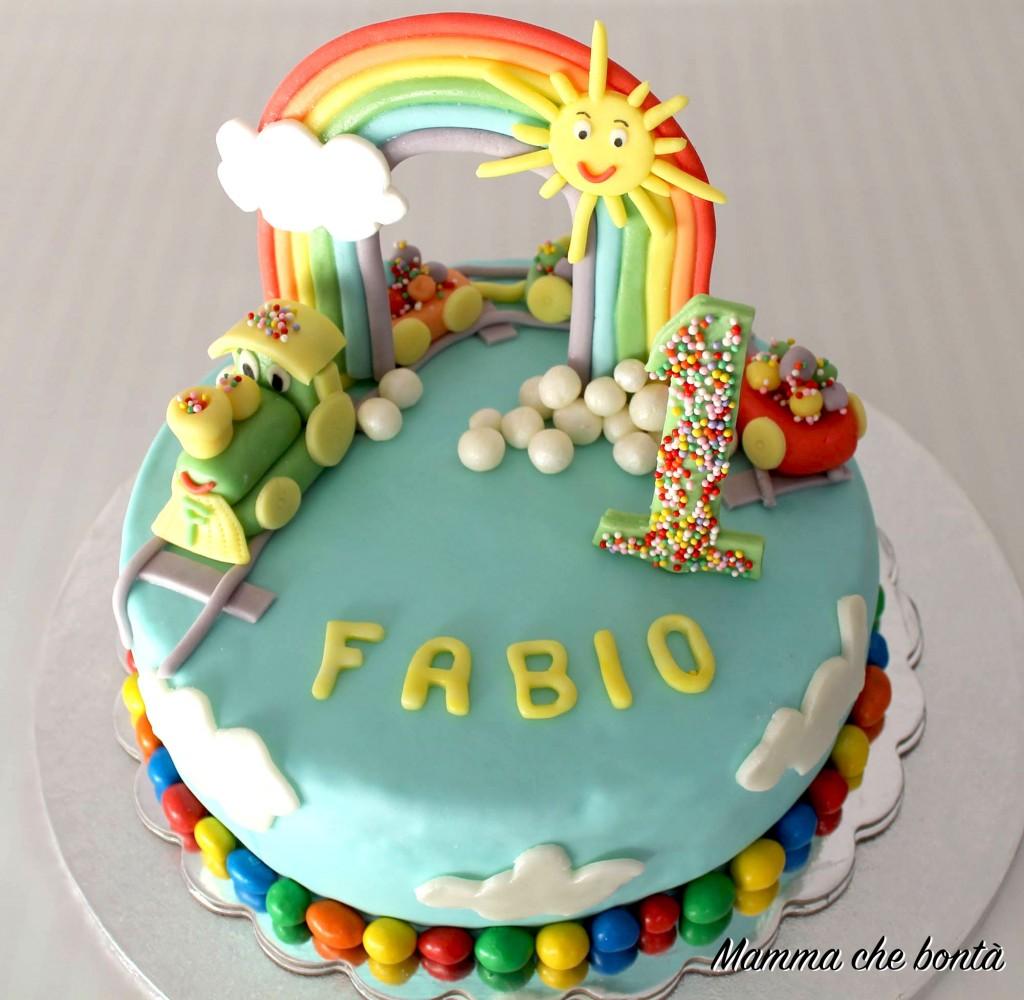 Torta trenino in pasta di zucchero con arcobaleno for Pasta di zucchero decorazioni