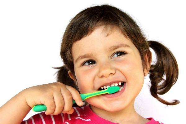Far-lavare-i-denti-ai-bambini