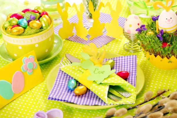Tavola di Pasqua decorata con coniglietti e ovetti di cioccolato