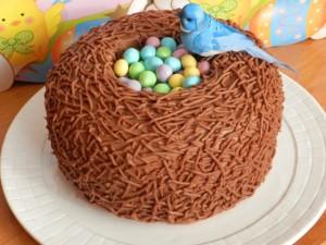 Tavola di pasqua torta nido al cioccolato