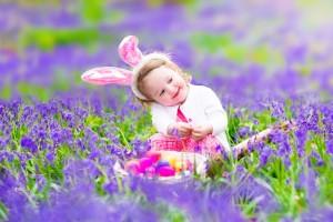caccia all'uovo di pasqua_bambina nel prato