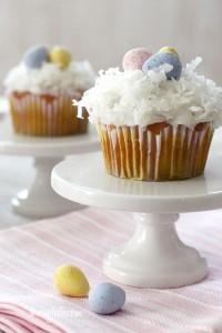 tavola di Pasqua_cupcakes al cocco con uovo di cioccolato