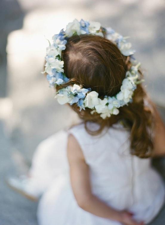 pettinatura comunione bimba coroncina fiori