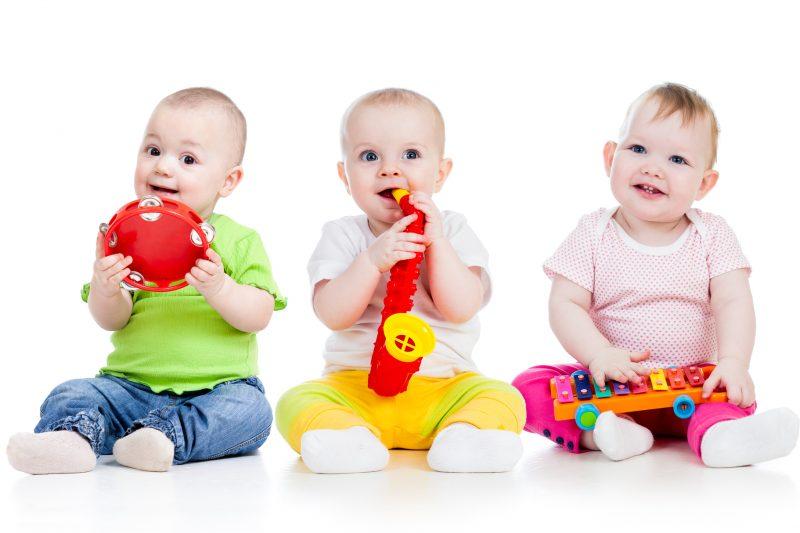 preparare il corredo per l'asilo nido_neonati che giocano