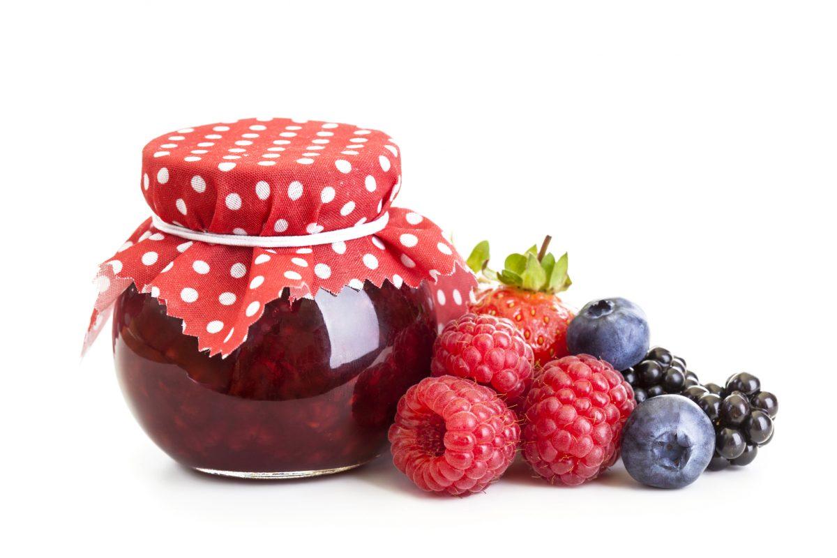 sterilizzare i vasetti per la marmellata_barattolo e frutti di bosco
