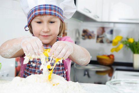 biscotti facili da fare con i bambini-bambina prepara impasto