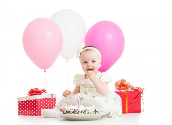 decorazioni facili per torte primo compleanno_bambina con torta e regali