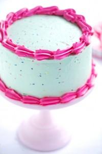 decorazioni facili per torte primo compleanno_panna colorata e codette di zucchero