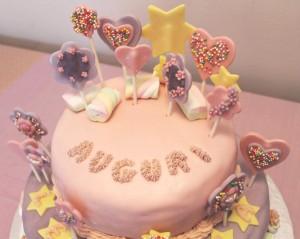 decorazioni facili per torte primo compleanno_torta con caramelle e lecca lecca
