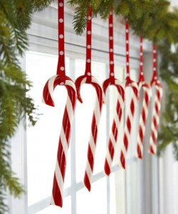 Decorazioni di Natale fai da te con le caramelle_ornamenti con bastoncini di zucchero.jpg