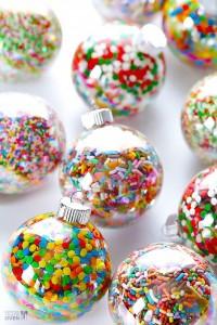Decorazioni di Natale fai da te con le caramelle_palline di Natale con zuccherini colorati