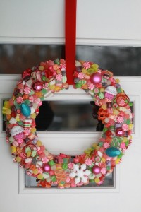 Decorazioni fai da te con le caramelle_ghirlanda per porta
