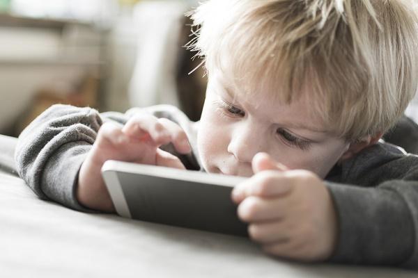 bambino con smartphone