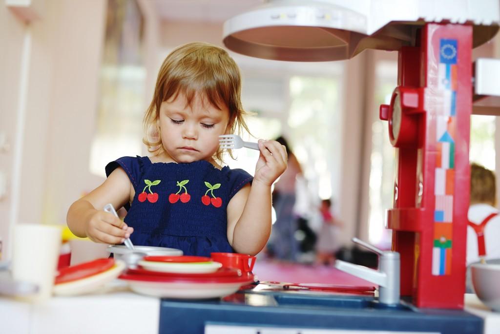 cucine giocattolo per bambini da comprare online_bambina che gioca