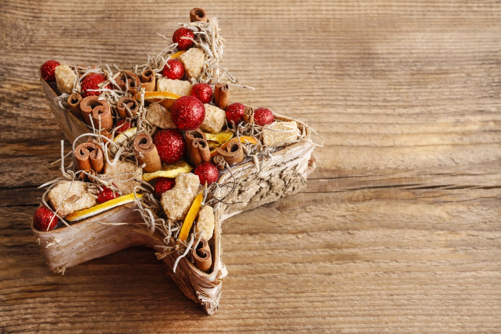 Centrotavola di Natale fai da te con frutta secca e spezie