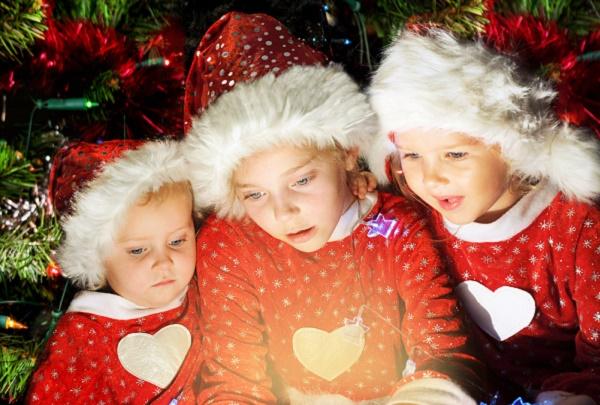 bambini aprono regali di natale