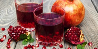 Depurarsi dopo le feste: succo detox alle melagrane, ananas e limone