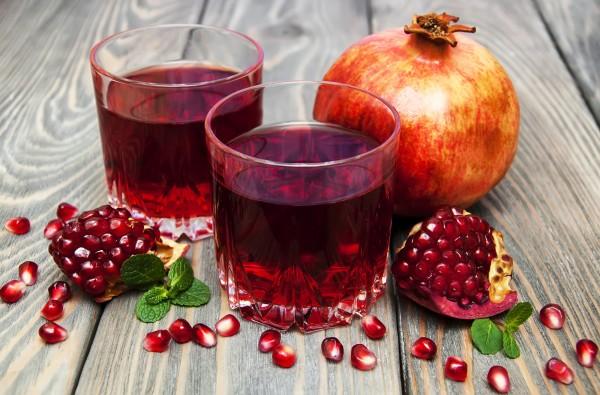 depurarsi dopo le feste:succo detox alle melagrane, ananas e limone