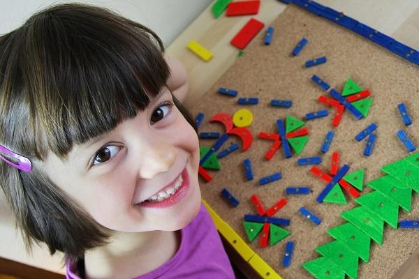 bambina gioca con puzzle montessori