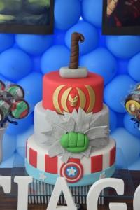 festa di compleanno degli avengers_torta a più piani