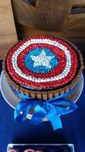 festa di compleanno degli avengers_torta al cioccolato di capitan america