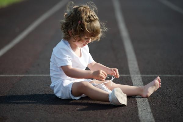 come insegnare ad allacciare le scarpe