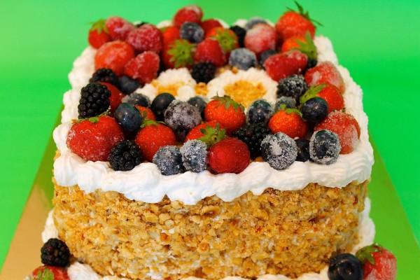 torte di compleanno con la frutta brinata