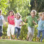Bambini tutti a giocare nel cortile