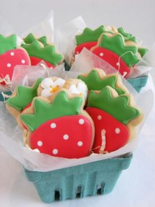 regalini fine festa di Masha e Orso_biscotti decorati fragole e fiori