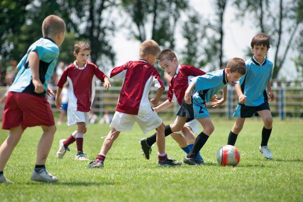 Sport per i bambini che giocano a calcio