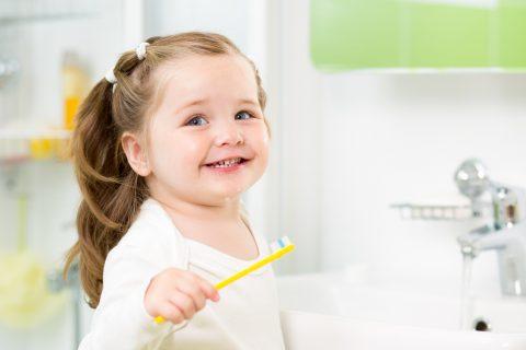 come lavare i denti ai bambini_bambina con spazzolino