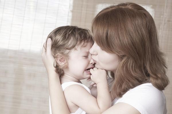 mamma-consola-bambino-che-piange