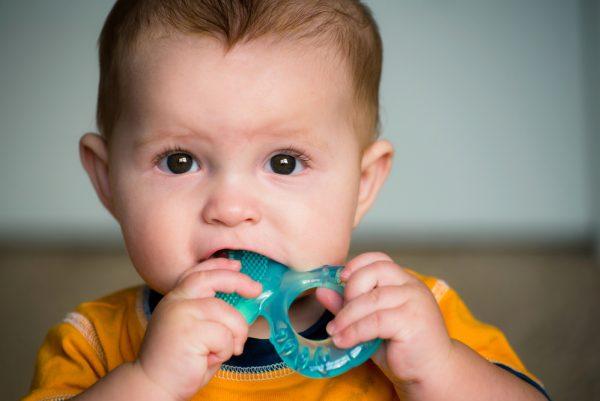 Alleviare i fastidi dei dentini con omeopatia