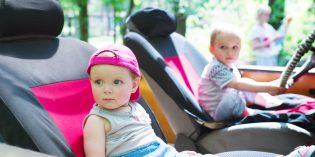 Far viaggiare i bambini davanti in auto si può?