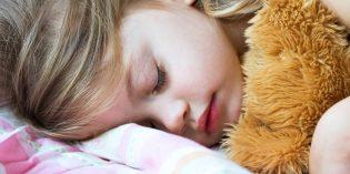 Cosa mangiare e cosa evitare per aiutare il sonno dei bambini