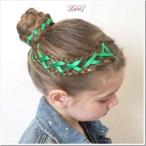 Acconciature bambina per recita di Natale_treccina-con-nastro-verde