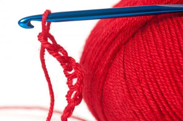 Calze della Befana all'uncinetto con lana rossa