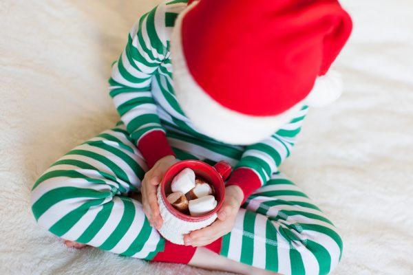 Come fare la casetta degli elfi di Babbo Natale bambino vestito da Elfo
