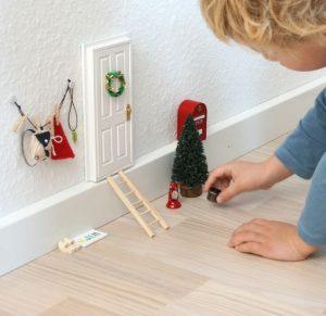 Come fare la casetta degli elfi di Babbo Natale_ bambino che gioca