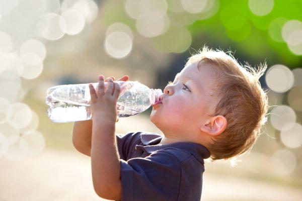 convincere i bambini a bere bene