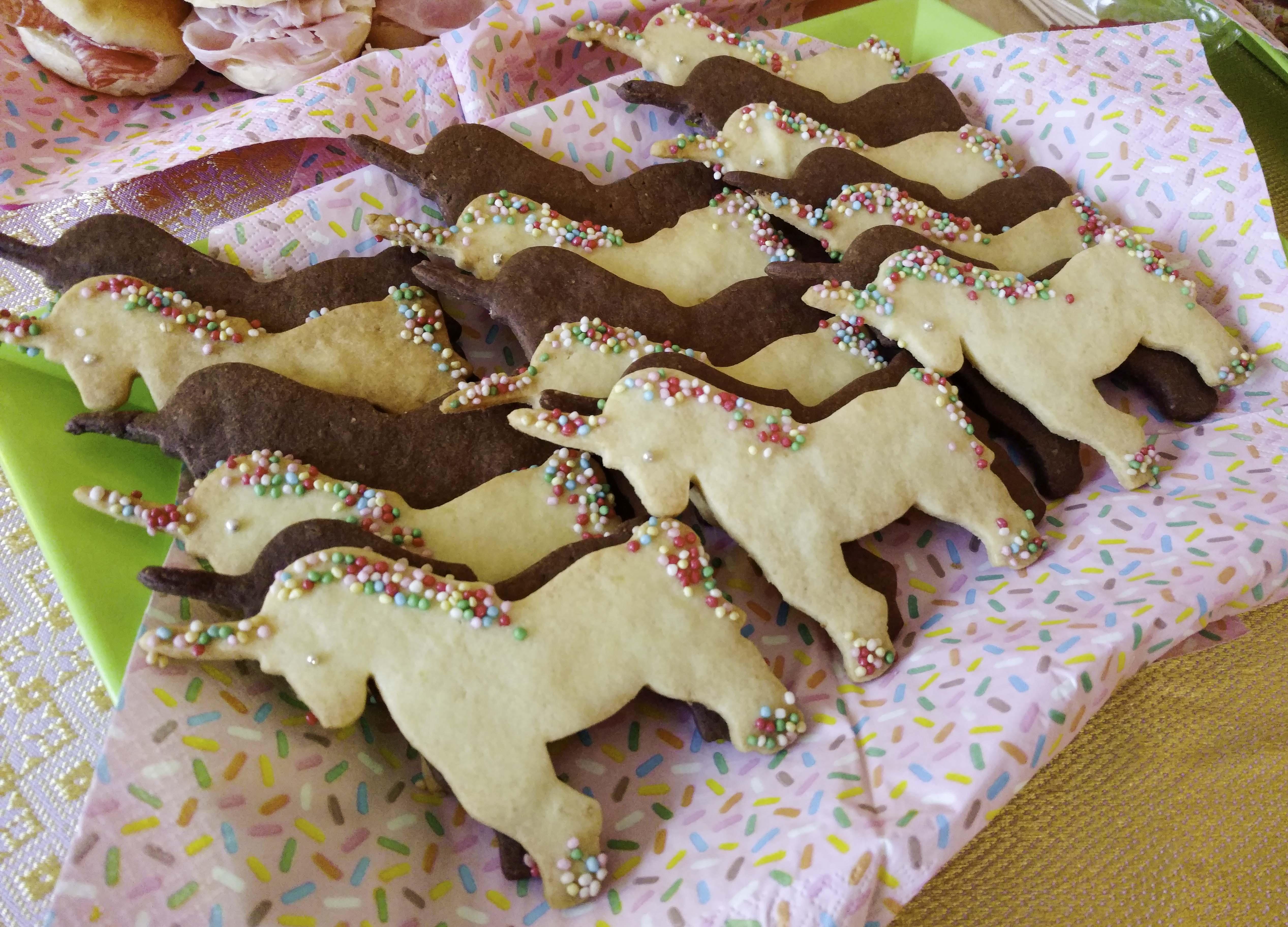 Biscotti a unicorno con zuccherini colorati