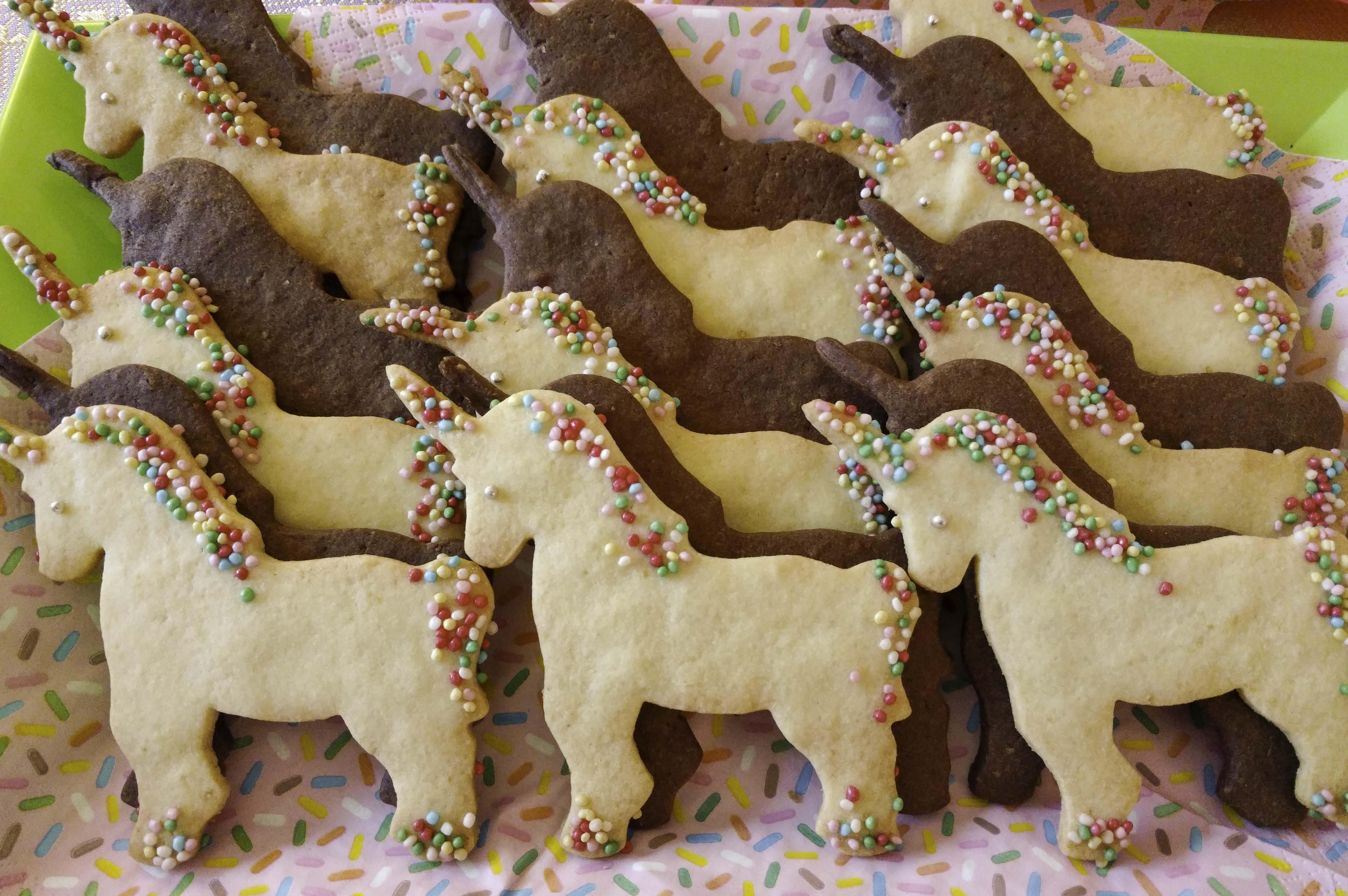 Biscotti a unicorno con zuccherini colorati e cacao