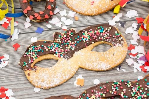 biscotti di carnevale da fare con i bambini_decorazioni cioccolato