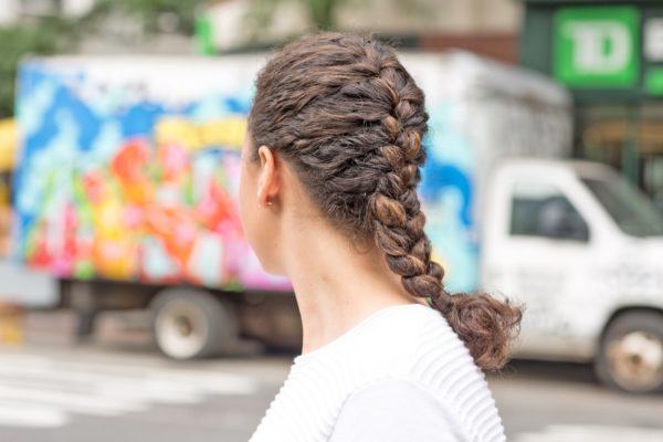 come raccogliere i capelli ricci treccia francese