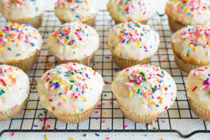 Muffin con zuccherini colorati e glassa_Dolcetti facili per bambini per la merenda fuori casa