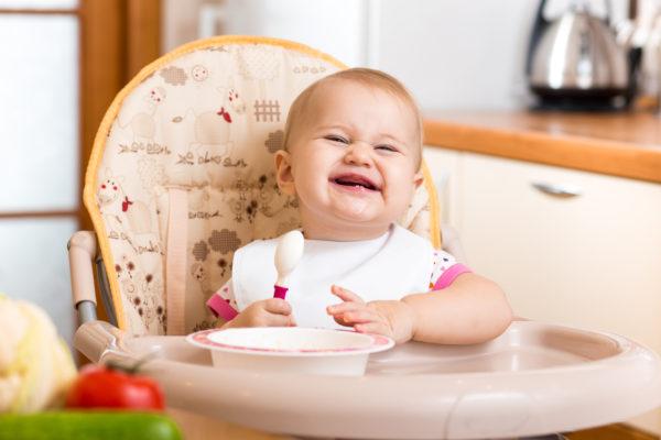 Bambino che mangia nel seggiolone_ Svezzamento e uovo: quando e come introdurlo