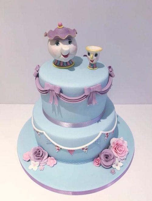 Torte della Bella e la Bestia in pasta di zucchero con colori pastello e teiera